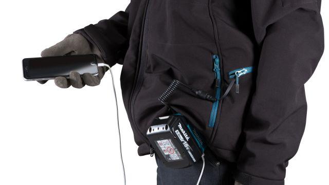 Das Bild zeigt ein Smartphone, das über die Jacke geladen wird.