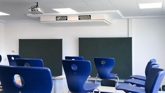 Das Bild zeigt ein Klassenzimmer mit Blick auf die Tafel.