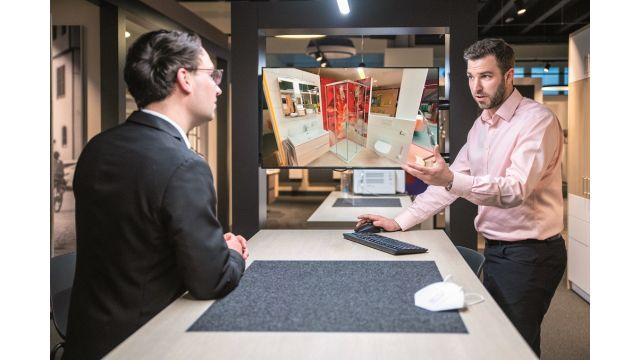 Fabian K.O. Weiss (l.) und David Köhnlein in der neuen Hauptausstellung von Eisen-Fischer in Nördlingen, umgeben von physischen Ausstellungs-Kojen, virtuell aber gerade in einer der Ausstellungs-Kojen des Standortes Heidenheim.