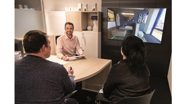 Mitten im Gebäude, umgeben von den physischen Kojen, sind sechs dieser Beratungsräume, die wie Cockpits wirken. In jedem kann der Kunde eine interaktive Präsentation erleben und in über 250 virtuelle Kojen eintauchen.