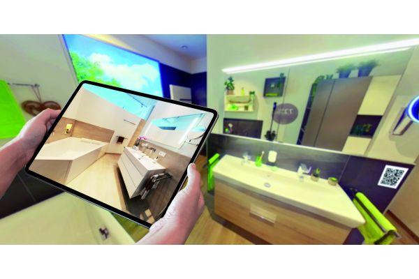 Eine von drei Komplettbadkojen, in denen Besucher typische Badezimmer real erleben können. Mit einem Tablet kann der QR-Code gescannt werden und schon erscheint der virtuelle Raum in einer anderen Ausstattungsvariante.