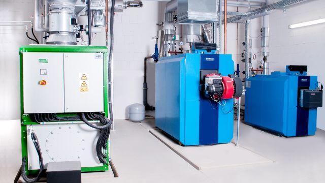 In dieser Heizzentrale eines kalten Nahwärmenetzes werden mithilfe von Kraft-Wärme-Kopplung (KWK) Strom und Wärme produziert.