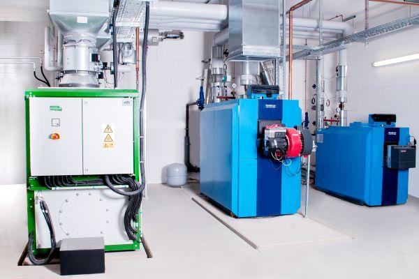 Eine von vielen Möglichkeiten: In dieser Heizzentrale eines kalten Nahwärmenetzes werden mithilfe von Kraft-Wärme-Kopplung (KWK) Strom und Wärme produziert. Das Erd/Biogas-Blockheizkraftwerk (links) liefert dabei die notwendige elektrische Antriebsenergie für die Wärmepumpen, respektive Übergabestationen.