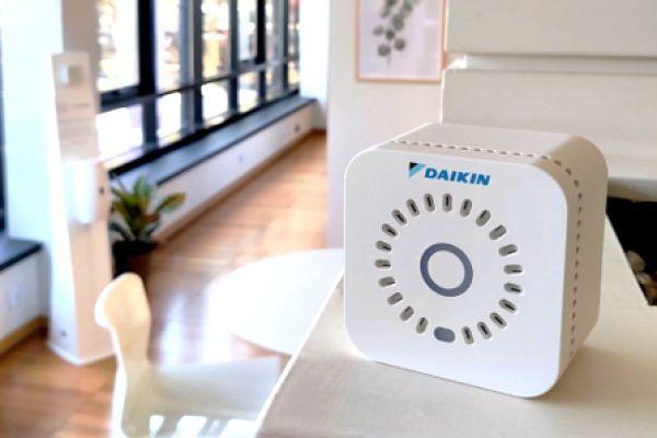 Der Daikin IAQ-Sensor misst 15 verschiedene Qualitätsparameter der Raumluft wie zum Beispiel Umgebungslicht, Temperatur, Luftfeuchtigkeit, Luftdruck hPa, Schalldruck, Feinstaub, Elektrosmog, Luftqualität, CO₂, TVOC, CO2-Äq. sowie WLAN-Netzwerke und Signalstärke.