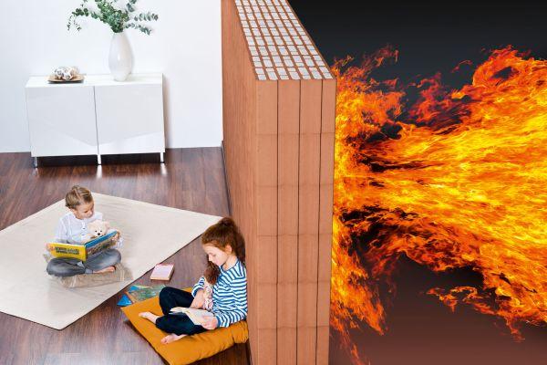 Das Bild zeigt eine Ziegelwand, die den Wohnraum vor Feuer schützt.