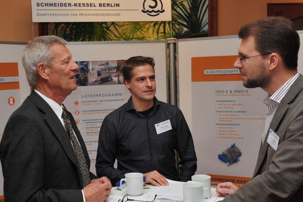 Informationsaustausch bei Schneider engineering.