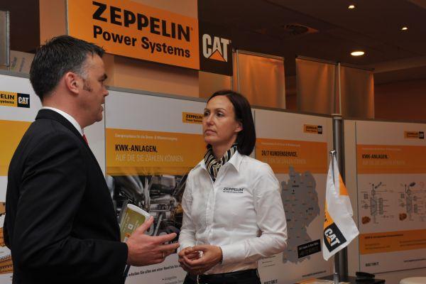 Informationsgespräch bei der Ausstellung von Zeppelin.