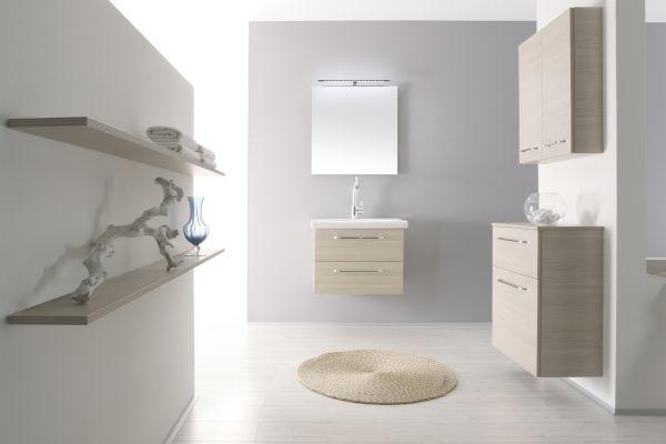 """Das Bild zeigt die Badmöbel der """"Artiqua 400er""""-Serie von Artiqua. Das Baukastensystem in dem Bild besitzt helle Holzfronten und fügt sich harmonisch in das helle Badambiente ein."""