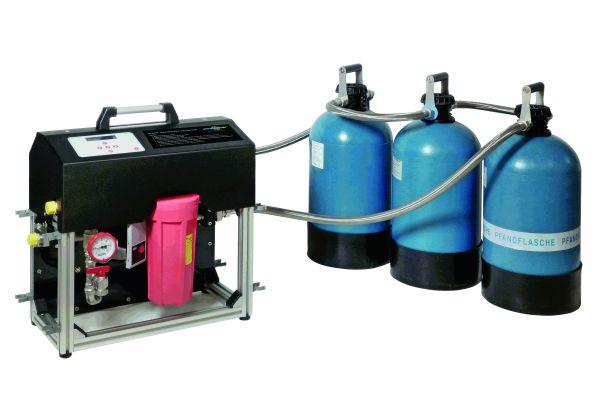"""System """"permaLine"""" zur Heizungswasseraufbereitung ohne Betriebsunterbrechung mit drei angeschlossenen Mischbettpatronen """"PS 21000IL"""". Das Verfahren kann bis 65 °C und 4 bar eingesetzt werden."""