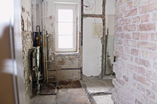 Die Bäder müssen komplett entkernt, alle Elemente umweltgerecht entsorgt werden. Neue und moderne Sanitär-Anlagen werden fachgerecht eingebaut.