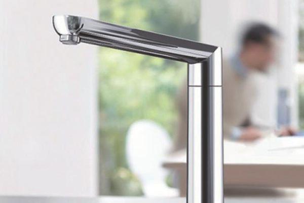 Nur eine kleine Berührung - und schon startet oder stoppt der Wasserstrahl der neuen Küchenarmatur