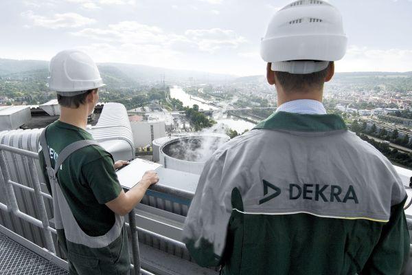 Zwei Mitarbeiter der Dekra prüfen ein Kraftwerk.