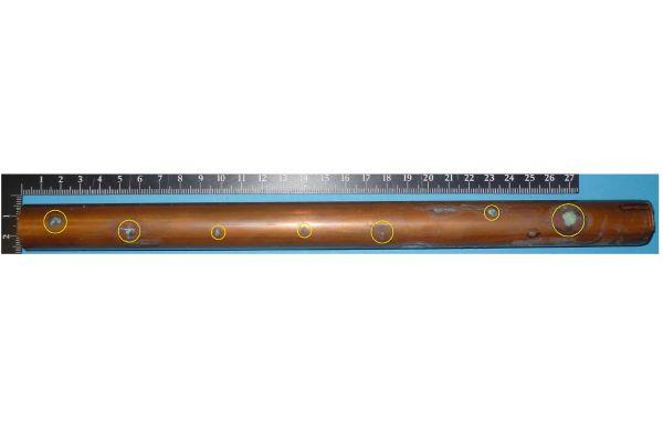 Das Bild zeigt ein Kupferrohr mit Lochfraß.