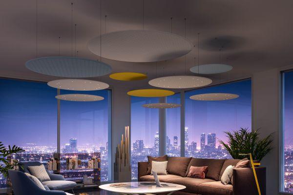 """In der Kombination mit """"Rossoacoustic Pads"""" entsteht an der Decke eine effiziente und speziell auf diese Loungesituation abgestimmte Licht- und Akustiklösung. Die Pads vermitteln spielerische Leichtigkeit und Eleganz."""