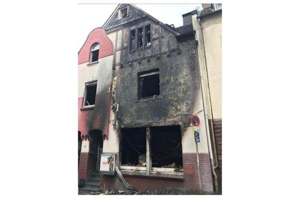JOMA sagt: Der Primärbrand verursacht immer einen Brandüberschlag in das nächste, manchmal sogar übernächste Geschoss; egal ob die Wände gedämmt sind oder nicht. Dieser Brand im Rheinland, entstanden in der Imbissbude im Erdgeschoss,  illustriert das.