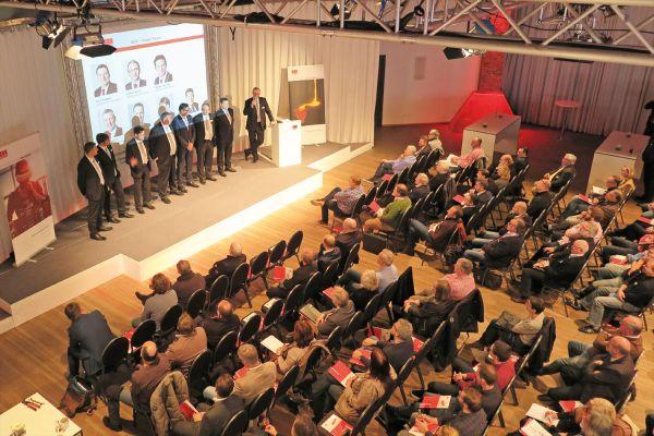 Das Bild zeigt die Besucher und Referenten des Fachsymposiums von ACO Haustechnik.