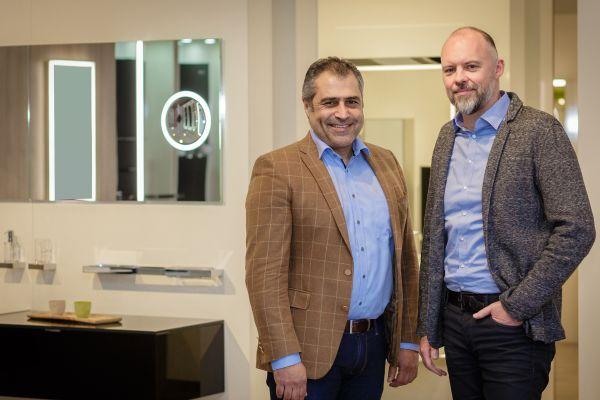 Das Bild zeigt Michael Kleber, Geschäftsführer emco Bad, und Stilianos Pasalidi, Geschäftsführer Fraas Spiegel.