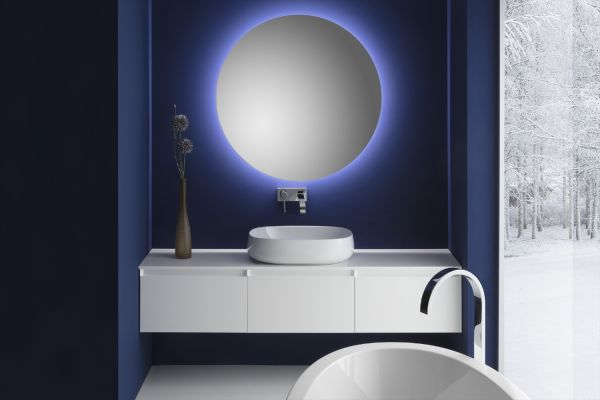 """Das Bild zeigt die Badewanne """"Ferrara"""", den Keramikwaschtisch """"Seed"""", den Spiegel  """"Look 8"""" und die Badmöbel """"Cube 45"""" von Repabad."""