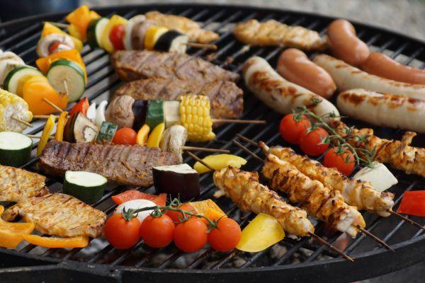 Fleisch und Gemüse-Spieße auf einem Grill.