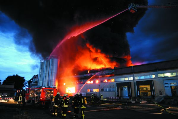 Großbrand bei Verpackungshersteller.