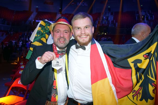 Das Bild zeigt Trainer André Schnabel und Paul-Florian Schärschmidt.