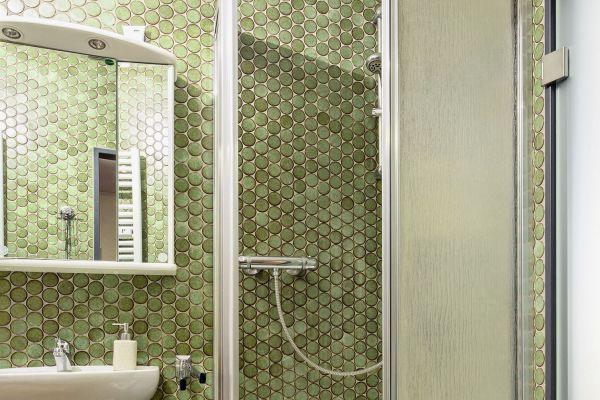 """Vorher (oben) - nachher (unten): Schnell und sauber lässt sich mit den """"PanElle""""- Wand verkleidungen von Duscholux aus einem alten Bad eine barrierearme Wohlfühloase gestalten."""