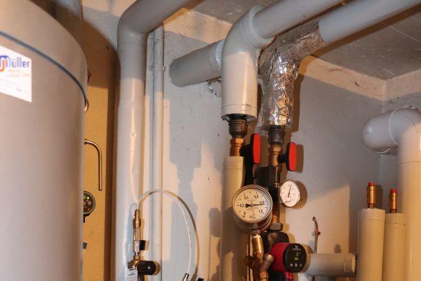 Druck messen mit dem Manometer am Rohrtrenner.