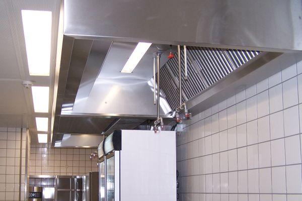 Umlufthaube mit Geruchsfilter in einer Großküche.