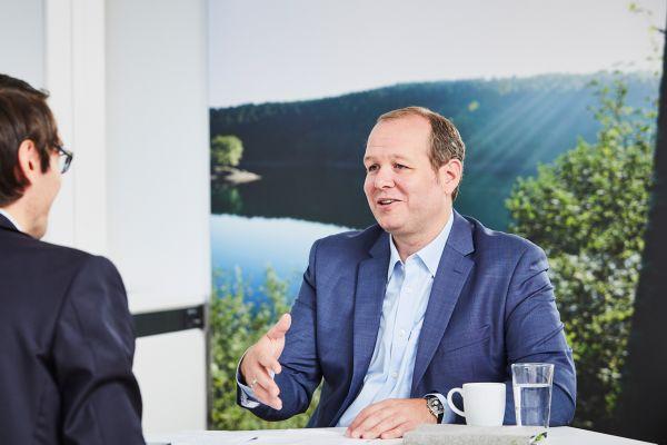 """Unsere »All-in-one«-Wärmepumpe kann innerhalb von drei Minuten von Rechts- auf Linksinstallation und umgekehrt umgebaut werden"""", so Sebastian Albert, Leiter Produkt- und Dienstleistungs-Management bei Vaillant Deutschland."""