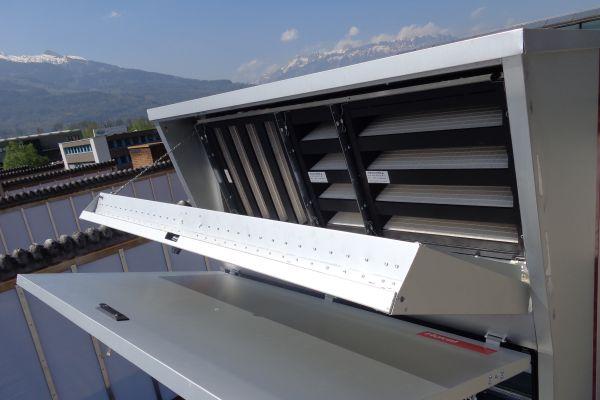 """Moderne, aus synthetischen Fasern hergestellte Filter – im Bild: Filterelemente im System Hoval-""""RoofVent RH"""" zur Be- und Entlüftung sowie Beheizung von Hallen – funktionieren nach mechanischen und elektrostatischen Filtrationsprinzipien. Das neue Prüfverfahren nach DIN EN ISO 16890 sieht eine Messung der Filterelemente sowohl im geladenen als auch im entladenen Zustand vor und bildet so die Realität im Betrieb besser ab."""