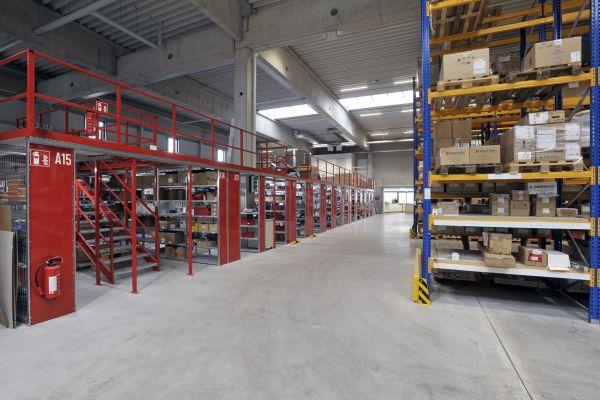 Die große Lagerhalle hat eine Fläche von rund 2.000 m² und wird mit einer Industriefußbodenheizung beheizt.