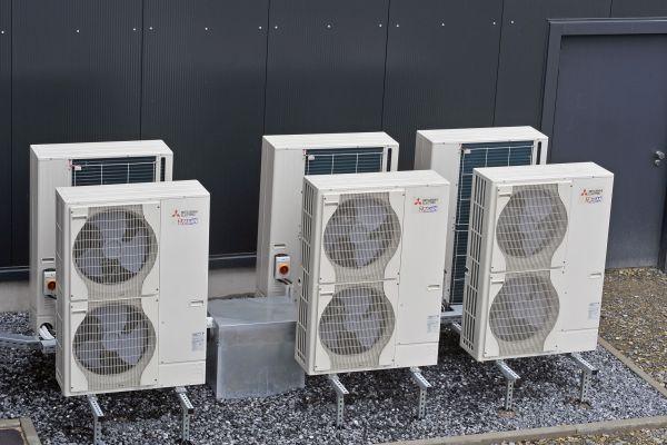 """Die """"Mr. Slim""""-Sechser-Kaskade arbeitet entweder als Wärmepumpe zum Heizen oder als Rückkühler zur Abführung überschüssiger Wärme  aus dem Kühlprozess."""