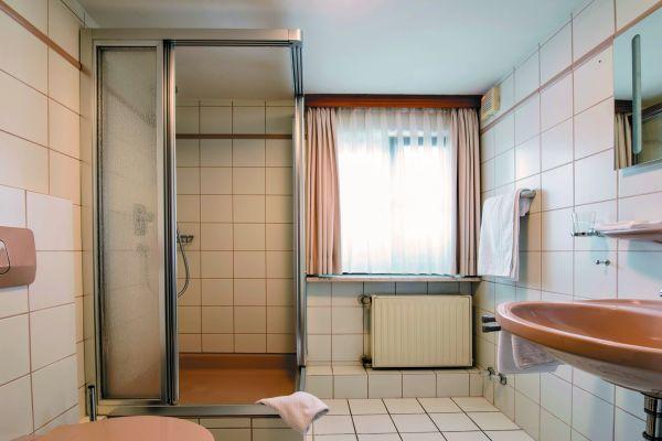 """Vorher - Nachher:   Im mit eigenen Handwerkern abgewickelten Objektgeschäft – hier eine typische Vorher-/Nachher-Situation aus einem Hotel – sammelt """"Duschking"""" viele Erfahrungen, die dann wiederum die Arbeit der Handwerkspartner erleichtern."""