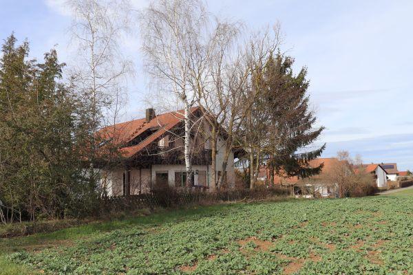 Ein Mehrfamilienhaus von außen.