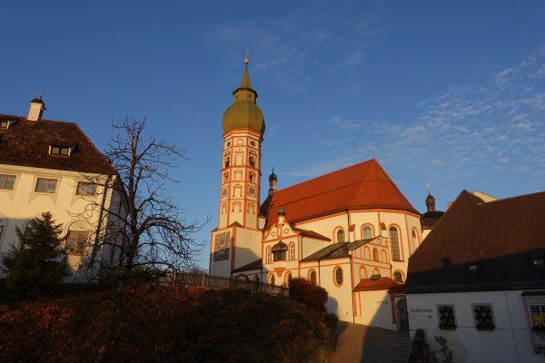 """Das Kloster Andechs ist mit seiner Lage auf dem """"Heiligen Berg"""" seit dem 12. Jahrhundert als Wallfahrtsort bekannt und damit die älteste Wallfahrt Bayerns."""