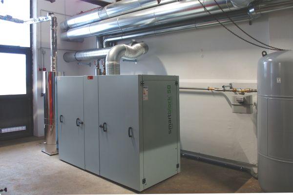 """Das Erdgas-BHKW """"smartblock 50"""" weist eine elektrische Leistung von 50 kW und eine thermische Leistung von 100 kW auf."""