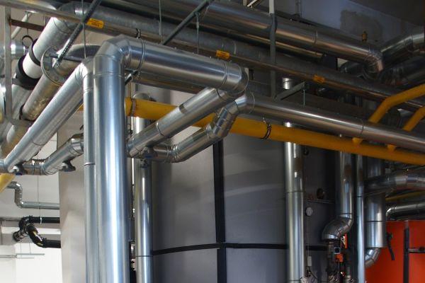 Für den sinnvollen Betrieb des Blockheizkraftwerks wurde ein Pufferspeicher mit einem Volumen von 8.800 Litern installiert.