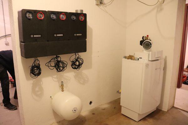 Ein Gas-Brennwertkessel in einem Heiztechnikraum.