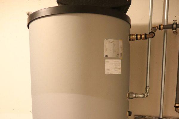 Ein Solar-Warmwasserspeicher in einem Heiztechnikraum.