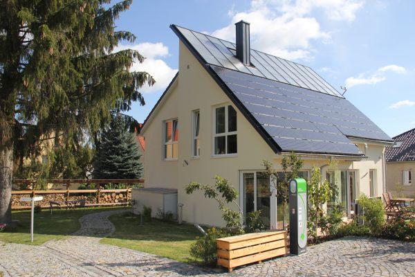 Bei dem energieautarken Wohnhaus in Freiberg hatte Leukefeld im Vorfeld einen solaren Deckungsgrad von 65 Prozent für die Wärmeversorgung simuliert, real lag er im Jahr 2016 bei 68,5 Prozent. Für die Stromversorgung waren 100 Prozent prognostiziert, in dem gleichen Jahr waren es laut Monitoring-Bericht 99,6 Prozent.