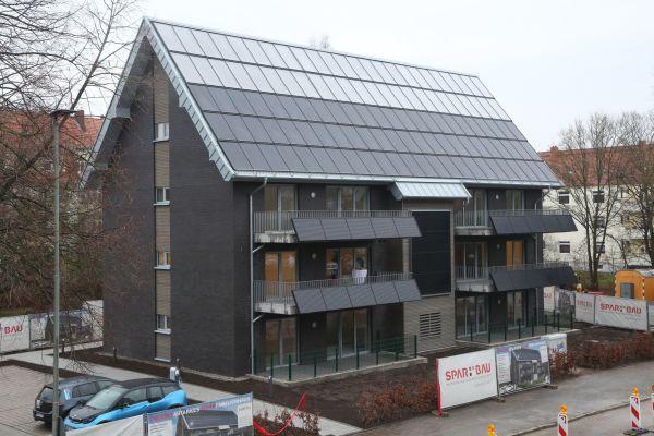 In Wilhelmshaven an der Nordsee hat die Spar- und Baugesellschaft eG im Dezember 2018 ein Leuchtturmprojekt für die Immobilienwirtschaft eingeweiht. Mit großen Solarthermie- und Photovoltaikanlagen auf dem Dach, an der Fassade und an den Balkonen werden rund 70 Prozent des Energiebedarfs für Wärme und Strom solar erzeugt.
