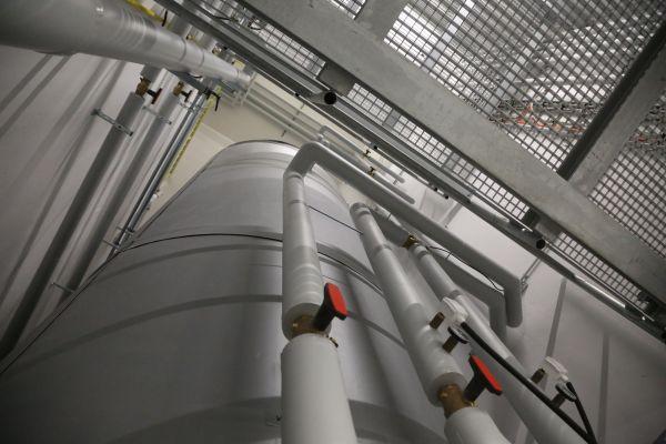 Ein 20.000 Liter fassender, rund neun Meter hoher Langzeitwärmespeicher steht im Inneren des Gebäudes.