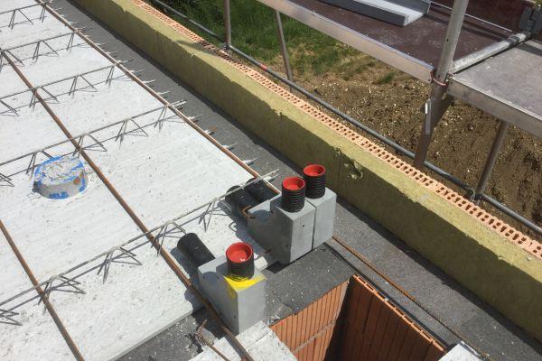 Ein wichtiges Installationsdetail: 90-Grad-Bögen für die Wandhochführung bei einem Sichtdachstuhl.