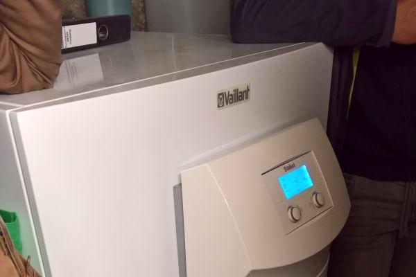 Eine Wärmepumpe in einem Heizungskeller.