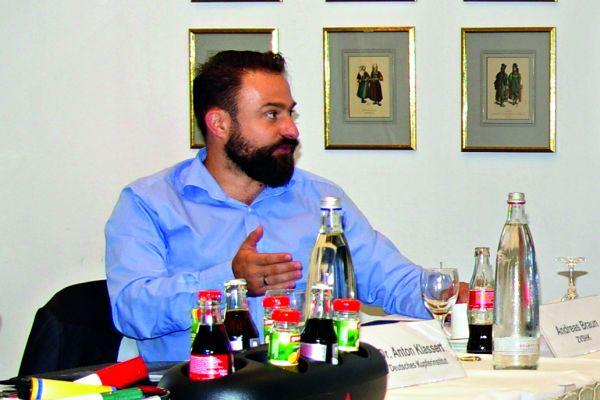 Da gab und gibt es Diskussionsbedarf: ZVSHK-Referent Andreas Braun und die betroffenen Fachhandwerker Thomas und Uwe Cirkel.