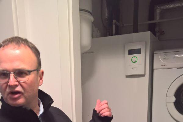 Die Wärmepumpe im Hauswirtschaftsraum. Störende Geräusche sind hier kein Thema – laut den Bewohnern hat die Wärmepumpe die Lautstärke eines Kühlschranks.