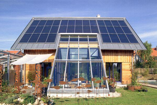"""Solarthermie-Anlagen, wie bei diesem """"Solar-Aktiv-Haus"""", können mit künstlichen neuronalen Netzen effizient und kostengünstig geregelt werden."""