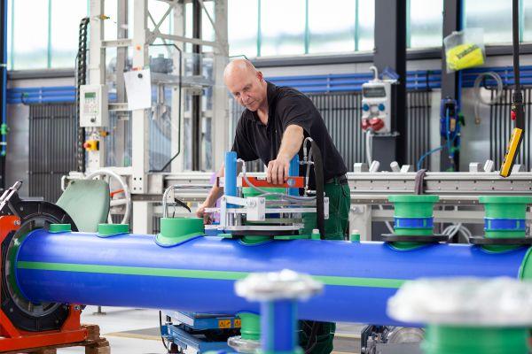 Das Bild zeigt einen Arbeiter bei der Vorfertigung.