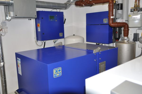 """Das neue Blockheizkraftwerk im Appartement-Komplex: Das """"XRGI 15"""" (15 kWel und 30 kWth) von EC Power ersetzte die bestehende BHKW-Zweierkaskade."""