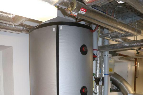 Der nachträglich aufgestellte Pufferspeicher (1.000 l) dient der Erweiterung des Energiemanagements (Laufzeiterhöhung).